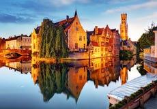 Bruges - kanaler av Brugge, Belgien, aftonsikt Arkivfoto