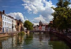 Bruges kanaler och broar arkivbilder