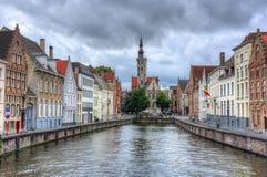 Bruges kanaler och Van Eyck fyrkant, Belgien arkivbilder