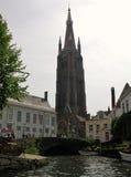 Bruges - Klocka torn av vår dam Arkivbilder