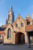 Bruges - kościół Nasz dama od jarda świętego John szpital w wieczór (Sint Janshospitaal) zdjęcie royalty free