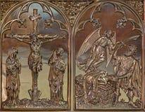 Bruges - korsfästelsen och erbjudandet av Abraham neogothic metalllättnad i St Giles (Sint Gilliskerk) Royaltyfria Bilder