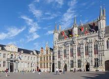 Bruges - la place de Burg et la façade de l'hôtel de ville gothique photographie stock libre de droits