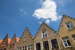 Bruges - le coeur de nuage au-dessus typique des maisons de bick Photographie stock
