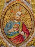 Bruges - le Needelwork du coeur de Jesus Christ sur l'étole comme pièce de vieux vêtement de cérémonie catholique dans l'église d Photo libre de droits