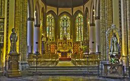 Bruges - Nave e presbiterio della chiesa gotica di St Giles (Sint Gilliskerk) Fotografie Stock
