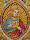 Bruges - Needelworken av Jesus Christ hjärta på stolan som delen av den gamla katolska vestmenten i den helgonWalburga kyrkan Royaltyfri Foto