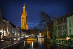 Bruges nocy scena z kanałem Zdjęcia Stock