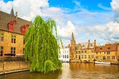 Bruges o Bruges, vista del canale dell'acqua di Rozenhoedkaai belgium immagini stock libere da diritti