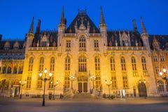 Bruges - o Grote Markt e a construção gótico de Provinciaal Hof na luz da noite Imagens de Stock Royalty Free