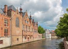 Bruges - olhe da rua de Steenhouwersdijk às casas do canal tipicamente Imagem de Stock Royalty Free