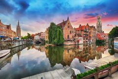 Bruges på den dramatiska solnedgången, Belgien Arkivbilder