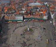 Bruges, quadrato del mercato dalla torre fotografia stock libera da diritti