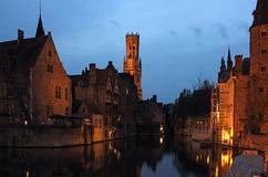 Bruges Rozenhoedkaai nattplats Arkivfoto
