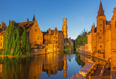 Bruges - sikt från Rozenhoedkaaien i Brugge med det Perez de Malvenda huset och Belforten Royaltyfri Bild