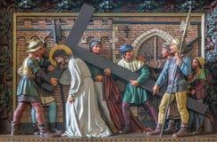 Bruges - Simon d'aide Jésus de Cyrene pour porter sa croix Soulagement dans l'église de St Giles (Sint Gilliskerk) photographie stock