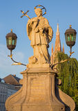Bruges - Stet John den Nepomuk statyn på bron och tornet av kyrkan av vår dam Fotografering för Bildbyråer