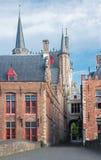 Bruges - tillbaka sida av den stadshus- och Blinde Ezelstraat gatan Royaltyfri Foto