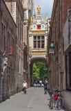 Bruges - tillbaka sida av den stadshus- och Blinde Ezelstraat gatan Royaltyfri Bild