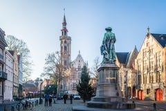 Brugge, западная Фландрия Бельгия - декабрь 2018: Январь Van Eyck Квадрат и Poortersloge ложа burghers на солнечный зимний день стоковые фото