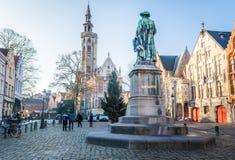 Brugge, западная Фландрия Бельгия - декабрь 2018: Январь Van Eyck Квадрат и Poortersloge ложа burghers на солнечный зимний день стоковое фото