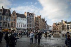 Brugge, западная Фландрия Бельгия - январь 2017: Взгляд главной площади и дома толпились с людьми на ясный зимний день стоковые фото