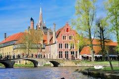 Brugge, België - April 10: De niet geïdentificeerde toeristen bezoeken de middeleeuwse stad van Brugge op 10 April, 2011 in Brugge Stock Fotografie