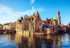 Brugge, België Beeld met Rozenhoedkaai in Brugge, Dijver-rivierkanaal en Belfort & x28; Belfry& x29; toren Royalty-vrije Stock Afbeelding