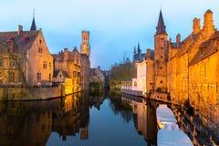 Brugge, België bij schemer stock afbeeldingen
