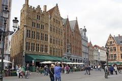 Brugge, België - Heel wat historische gebouwen u is op het Marktvierkant Stock Foto