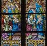 BRUGGE, BELGIË - JUNI 12, 2014: De Aankondiging en Vistation aan Elizabeth scène op windwopane in st Jacobs kerk royalty-vrije stock afbeelding