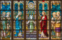 BRUGGE, BELGIË - JUNI 12, 2014: De Heilige familie op de ruit in St Salvator Kathedraal (Salvatorskerk) Stock Foto