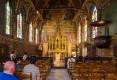 Brugge, België - Mei 11, 2015: Het Binnenland van het toeristenbezoek van Basiliek van het Heilige Bloed in Brugge Royalty-vrije Stock Afbeelding