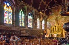Brugge, België - Mei 11, 2015: Het Binnenland van het toeristenbezoek van Basiliek van het Heilige Bloed in Brugge Stock Foto