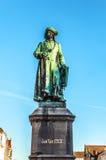 Brugge, België Middeleeuws landschap met het vierkant en het standbeeld van Yan Van Eyck Brugge, Westelijk Vlaanderen stock afbeelding