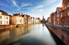 Brugge, België - Toneelcityscape met kanaal Spiegelrei en Januari stock foto