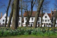 Brugge, België Vlaamse oude architectuur in de lente stock afbeelding