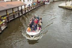 BRUGGE BELGIA, KWIECIEŃ, - 22: Łódkowata wycieczka turysyczna w puszkę Zdjęcie Royalty Free