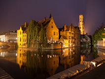 Brugge bij nacht stock foto