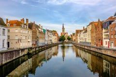 Brugge & x28; Brugge& x29; cityscape met waterkanaal stock afbeelding