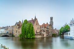 Brugge of Brugge, Rozenhoedkaai-de mening van het waterkanaal. Lange blootstelling. België. Stock Afbeeldingen