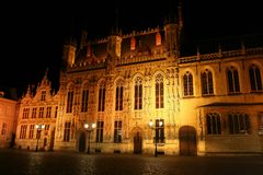 Brugge: cityhall 's nachts Stock Afbeelding