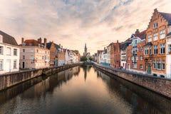 Brugge cityscape Bruges horisont Historisk gata- och vattenkanal arkivfoton