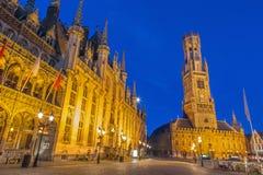 Brugge - Grote markt met het van Belfort de bestelwagen Brugge, van Historium en van Provinciaal Hof gebouw Royalty-vrije Stock Foto