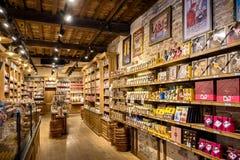 Brugge jest także sławny dla swój chocolatier sztuki z wiele sklepami sprzedaje ich robić czekoladę, Belgia Obrazy Royalty Free