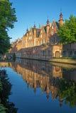 Brugge - kijk aan kanaal van Steenhouwersdijk-straat Stock Foto