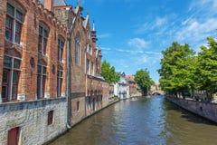 Brugge - kijk van Steenhouwersdijk-straat aan kanaal typisch huizen Royalty-vrije Stock Fotografie
