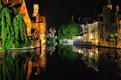 Brugge nocy widok z kanałowym i starym budynkiem, Belgia Zdjęcie Stock