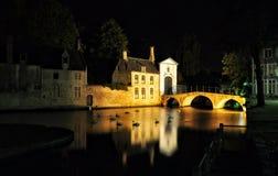 Brugge nocy widok z kanałowym i starym budynkiem, Belgia Obraz Stock