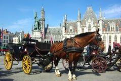 Brugge. Paard-gedreven cabine. Stock Afbeeldingen